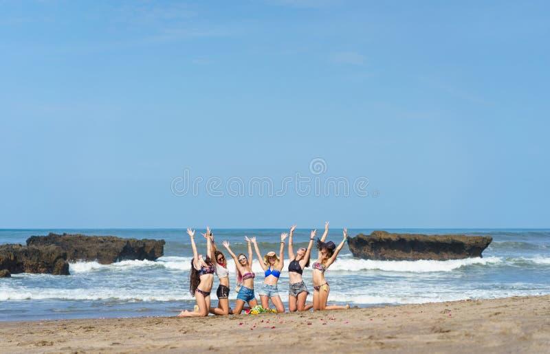 grupa odświętność młode kobiety z nastroszonymi rękami zdjęcie stock