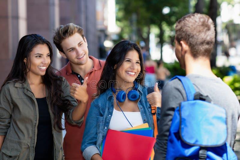Grupa opowiadać niemieckich i latyno-amerykański uczni fotografia royalty free
