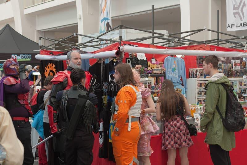 Grupa opowiada blisko rynku cosplayers zdjęcie royalty free