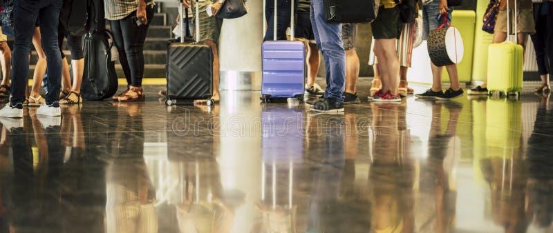 Grupa osób oczekujÄ…cych na lot w porcie lotniczym - koncepcja podróży z pasażerami oczekujÄ…cymi na wejÅ›cie do bramy lub odp zdjęcie royalty free