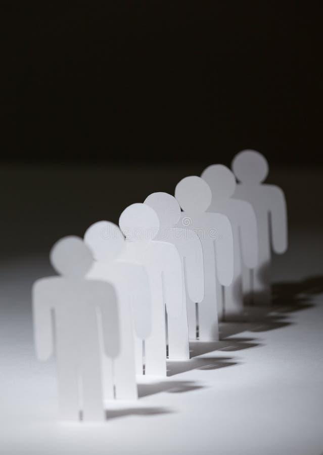 Grupa papierowi ludzie stoi z rzędu obrazy royalty free