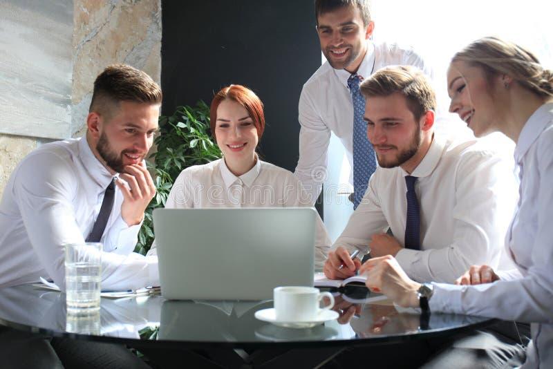 Grupa partnery biznesowi dyskutuje pomys?y i planowanie pracujemy w biurze zdjęcie stock