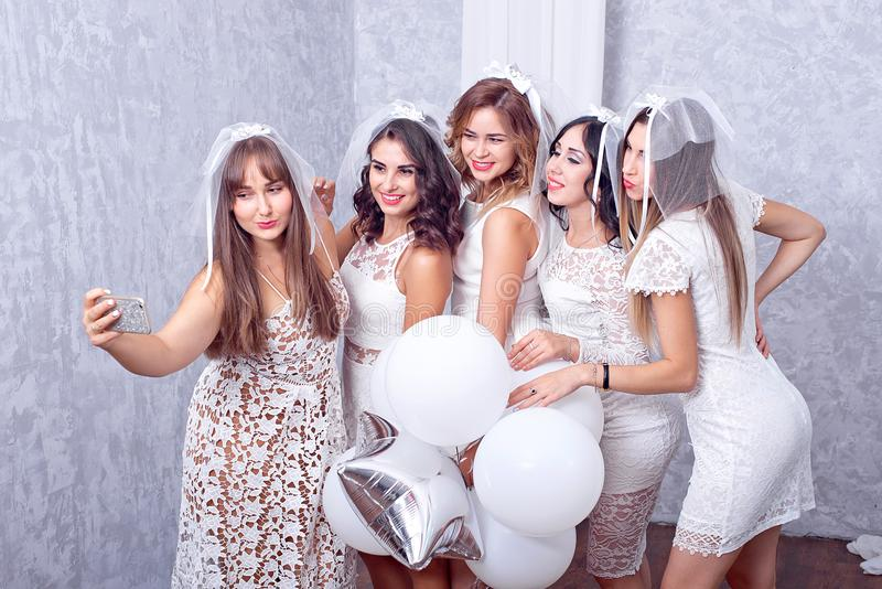 Grupa pięć szczęśliwych eleganckich żeńskich przyjaciół zdjęcie royalty free