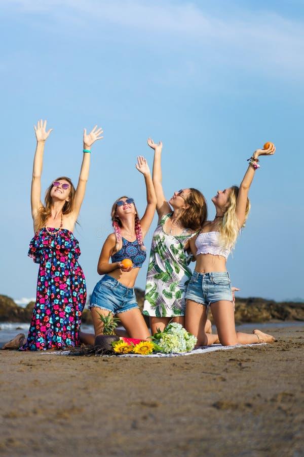 grupa piękne młode kobiety podnosi ręki z różnorodnymi owoc fotografia stock