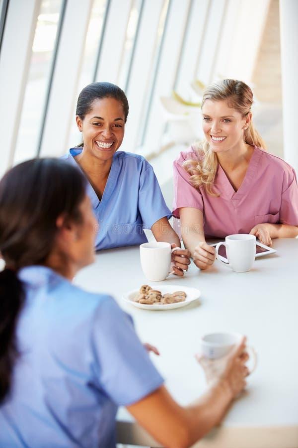 Grupa pielęgniarki Gawędzi W Nowożytnej Szpitalnej bakłaszce zdjęcia royalty free