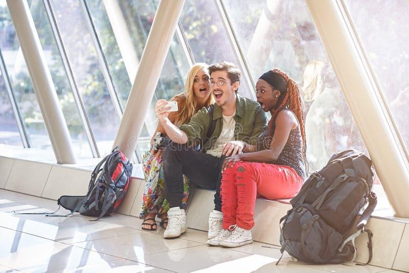 Grupa podróżni przyjaciele bierze selfie z mądrze telefonem fotografia stock
