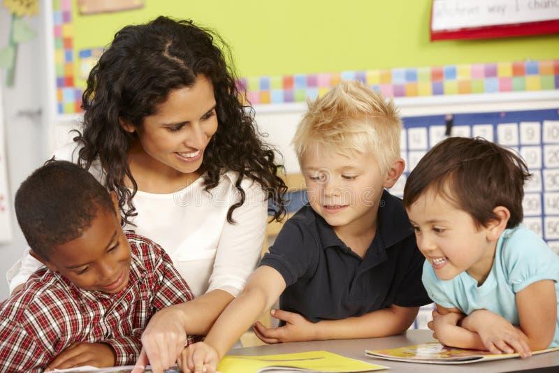 Grupa Podstawowi Pełnoletni ucznie W klasie Z nauczycielem obrazy stock