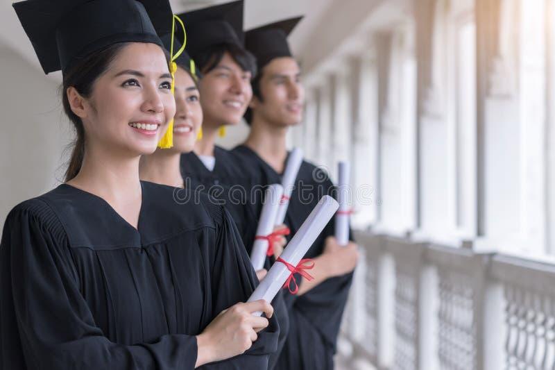 Grupa Pomyślny uczeń na ich skalowanie dniu, magisterskim mienie dyplomu, edukacji, skalowaniu i ludziach pojęć, obraz royalty free