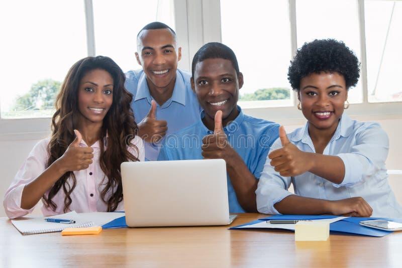 Grupa pomyślni amerykan afrykańskiego pochodzenia biznesmeni zdjęcia royalty free