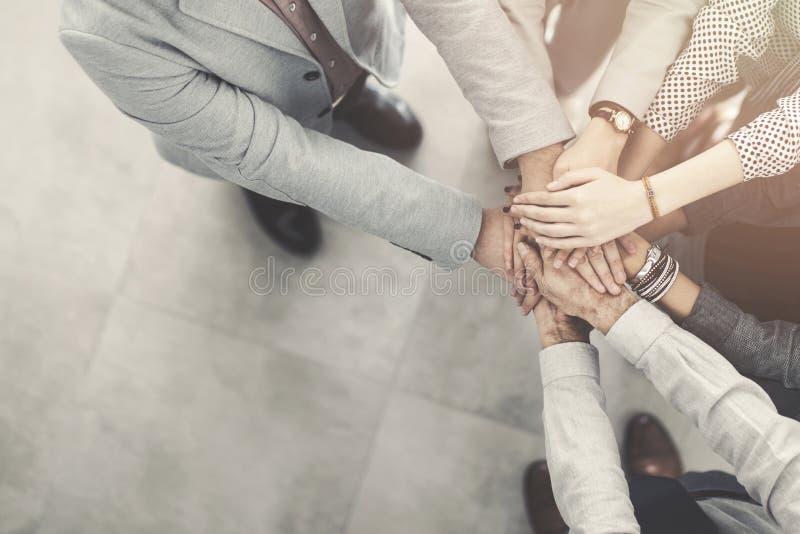 Grupa pomyślni ludzie biznesu ręki wręczać zdjęcia royalty free