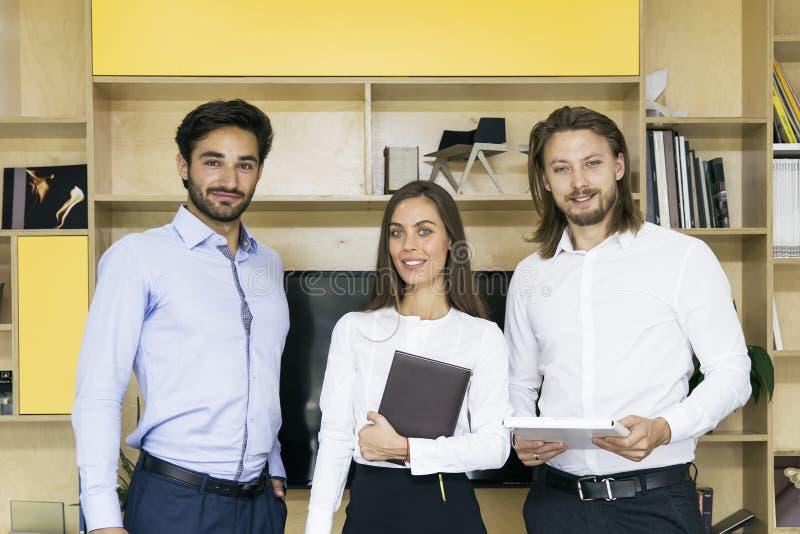Grupa pomyślni ludzie biznesu stoi wpólnie przy biurem obraz royalty free