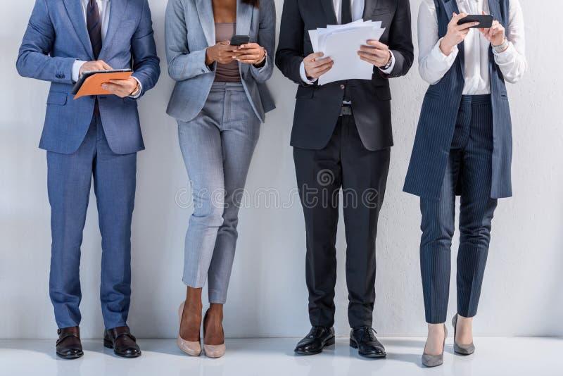 Grupa pomyślni ludzie biznesu w kostiumów stać zdjęcia stock