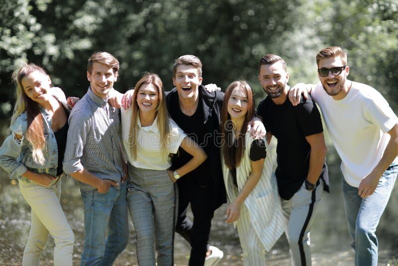 Grupa pomyślni młodzi ludzie zdjęcie royalty free