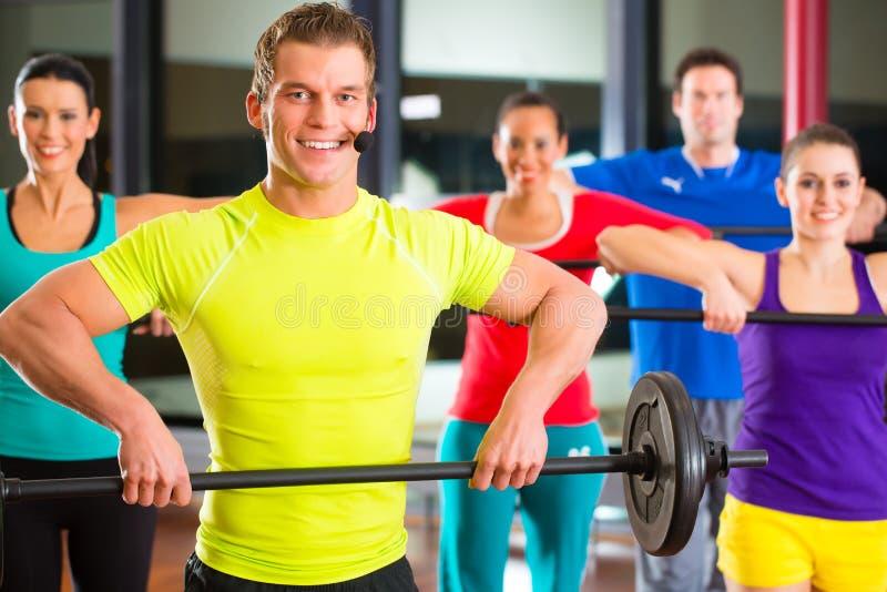 Ciężaru szkolenie w gym z dumbbells fotografia stock