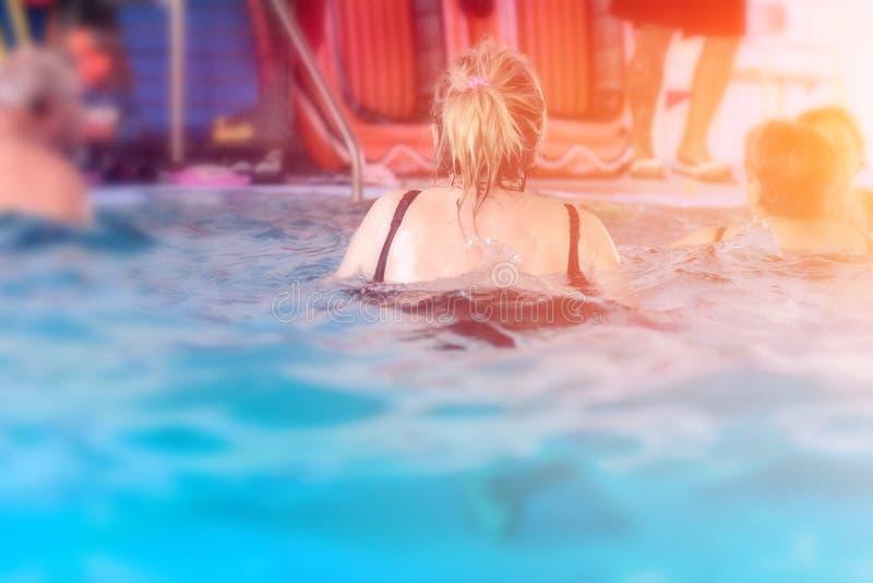 Grupa, potomstwa lub starsi ludzie w aquarobic sprawność fizyczna pływackiego basenu ćwiczyć obrazy stock