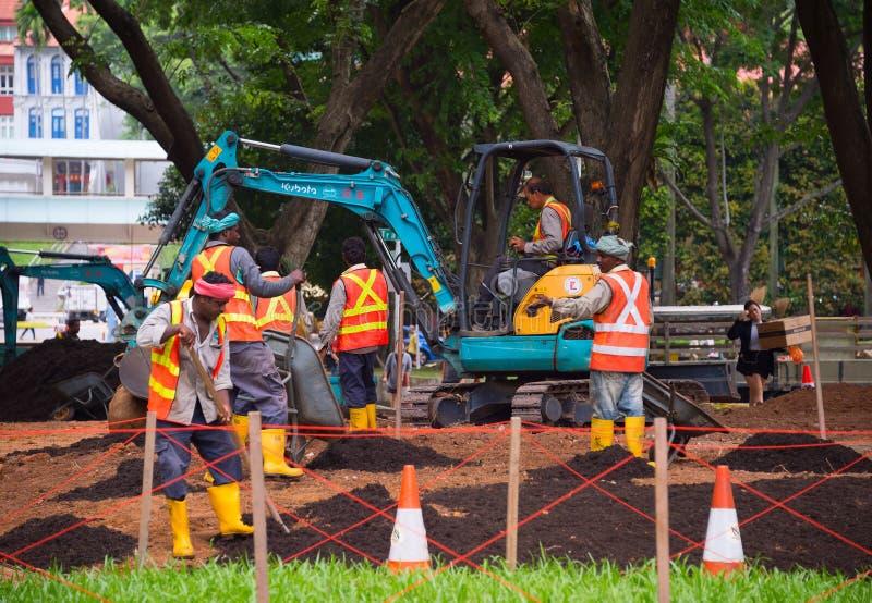 Grupa pracownicy w parku Singapur obrazy stock