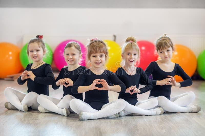 Grupa preschoolers w taniec klasach Pojęcie sport, edukacja, dzieciństwo, hobby i taniec, fotografia royalty free