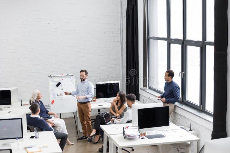 Grupa profesjonaliści pracuje na nowym biznesowym projekcie zdjęcie stock