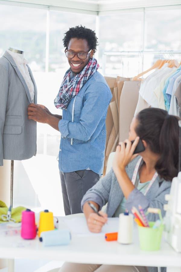 Grupa projektanci mody pracuje wpólnie fotografia royalty free