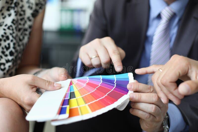 Grupa projektanci trzyma biznesowego spotkania obraz stock