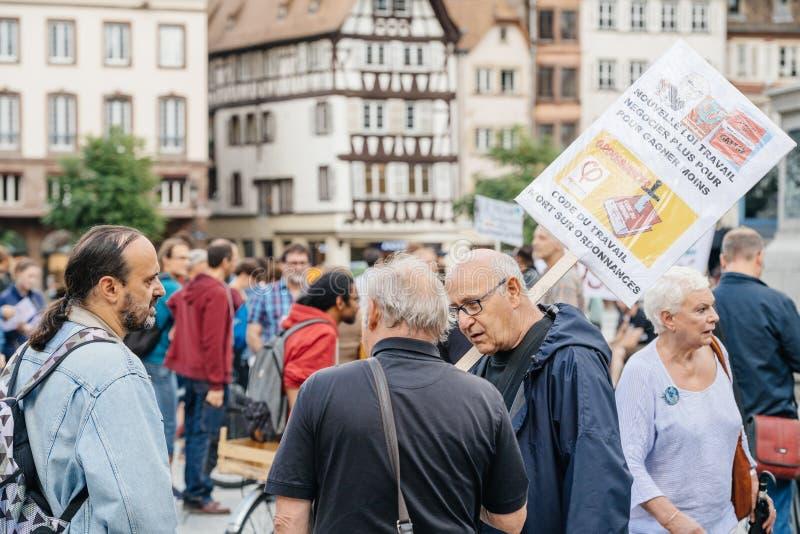 Grupa protestujący w mieście jako Melenchon dzwonił dla dnia prote obraz stock