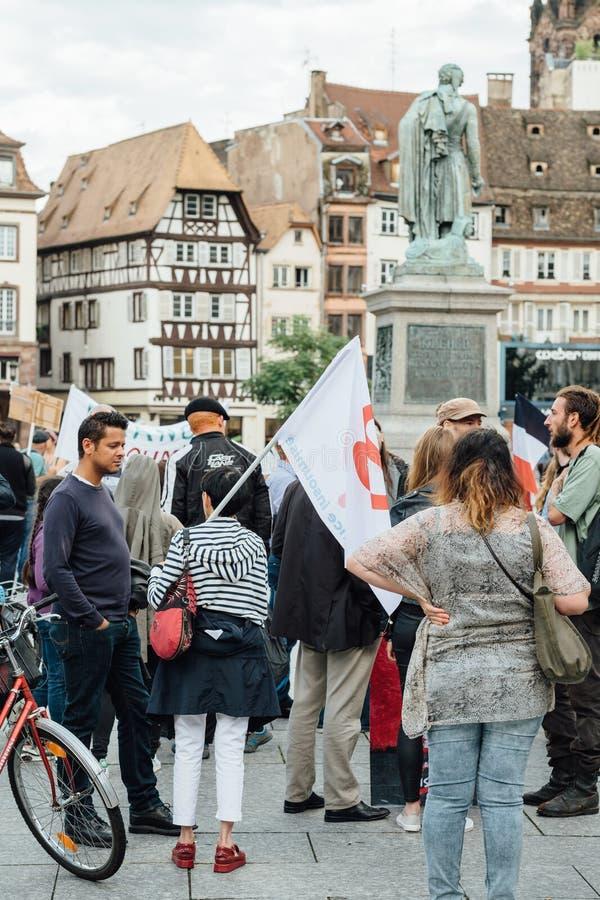 Grupa protestujący w mieście jako Melenchon dzwonił dla dnia prote obraz royalty free