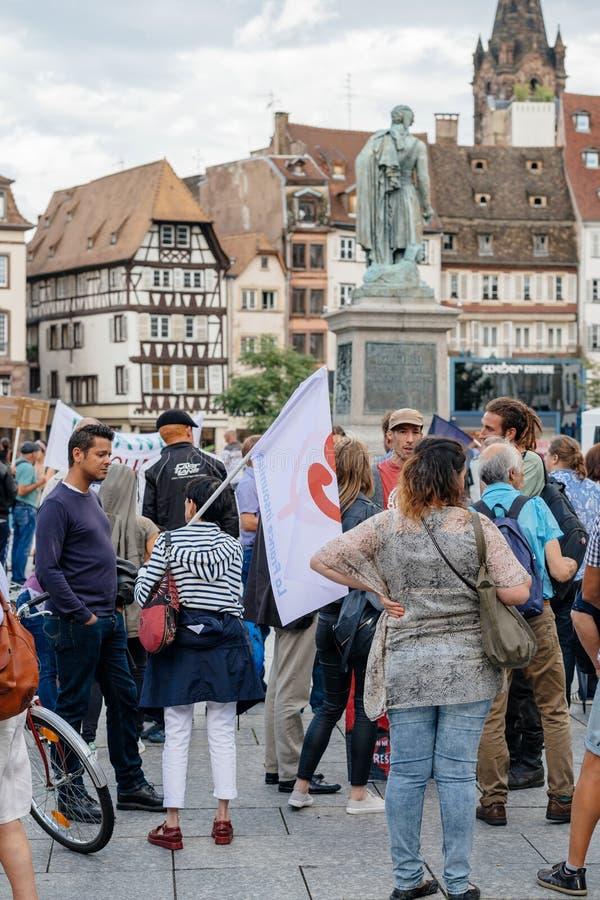 Grupa protestujący w mieście jako Melenchon dzwonił dla dnia prote zdjęcie stock