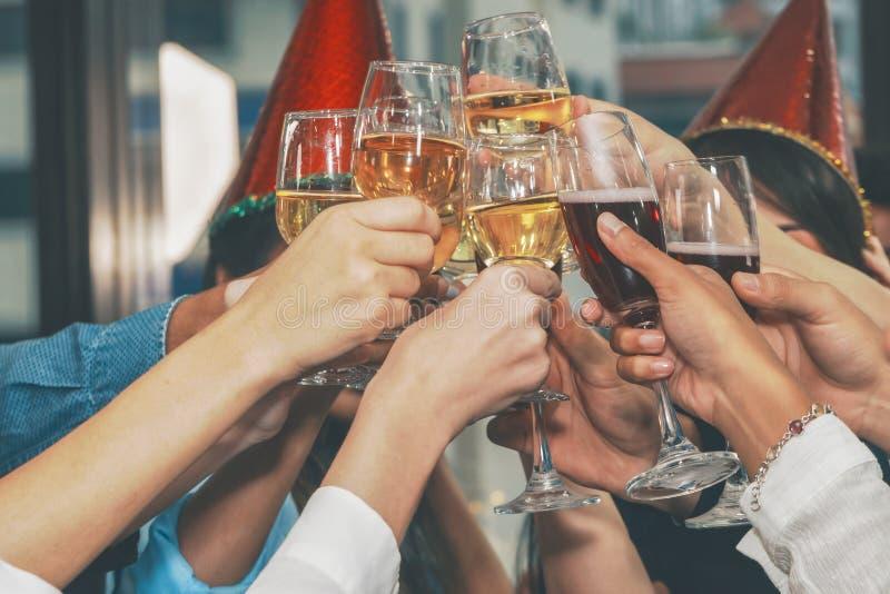 Grupa przedsiębiorców zajmujących się różnorodnością, którzy toczą toast za imprezę obchodów nowego roku obraz stock