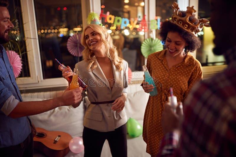 Grupa przyjaciół świętujących urodziny obraz royalty free