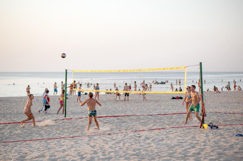 Grupa przyjaciele bawić się siatkówkę na plaży obrazy stock