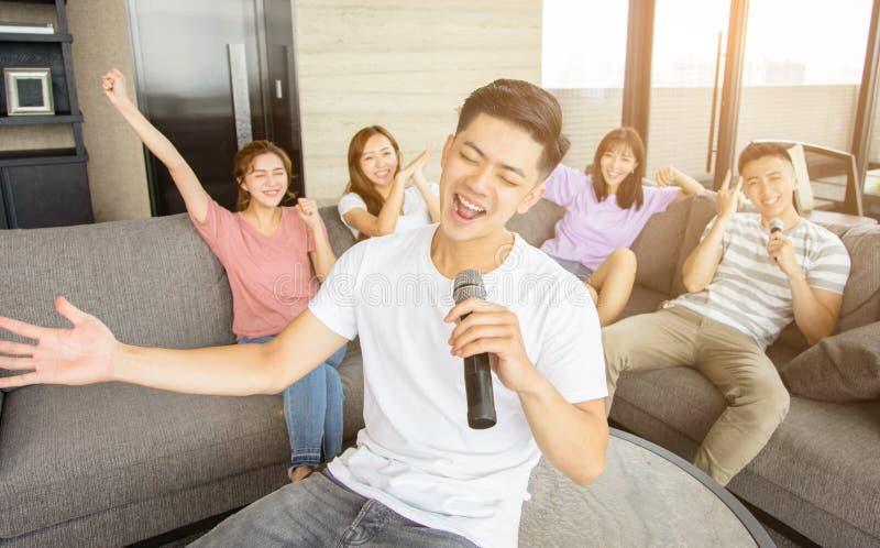 Grupa przyjaciele bawi? si? karaoke w domu obrazy stock