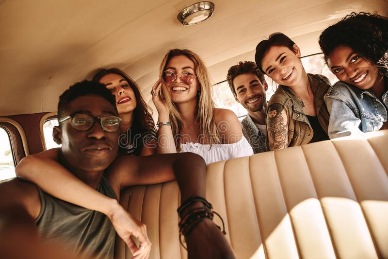 Grupa przyjaciele bierze selfie na wycieczce samochodowej fotografia stock