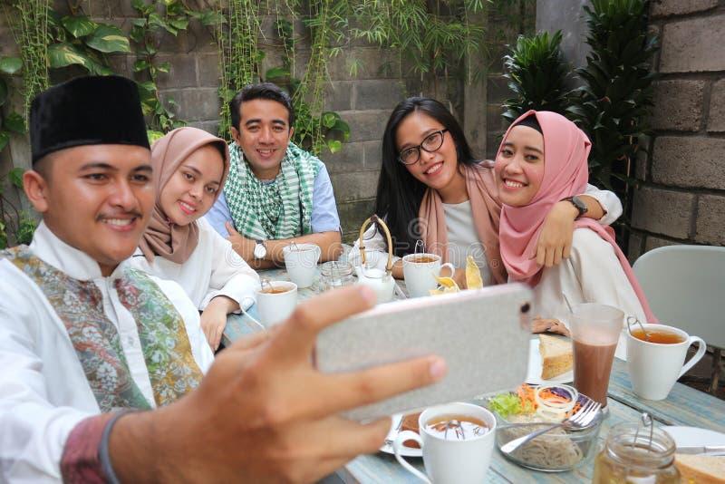 Grupa przyjaciele bierze selfie podczas lunchu plenerowego obrazy stock