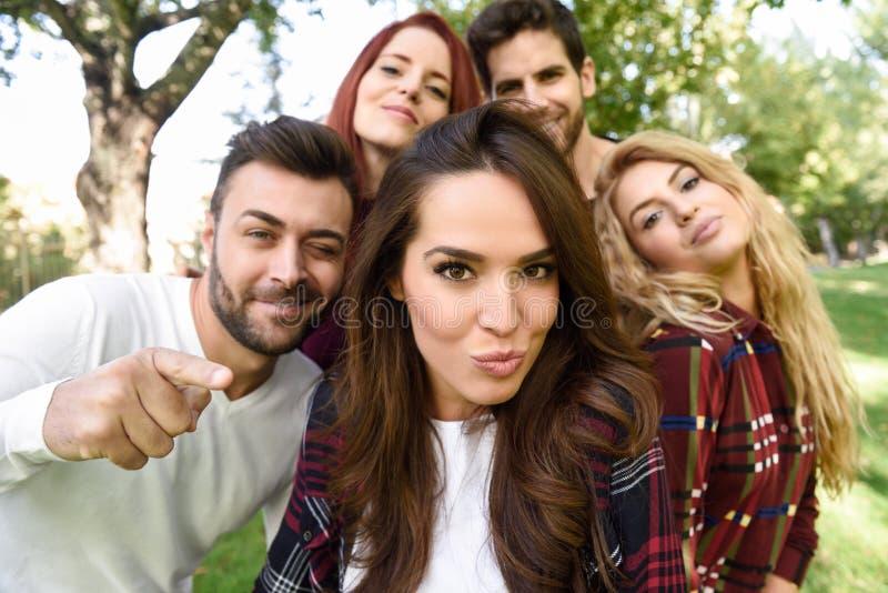 Grupa przyjaciele bierze selfie w miastowym tle zdjęcie stock