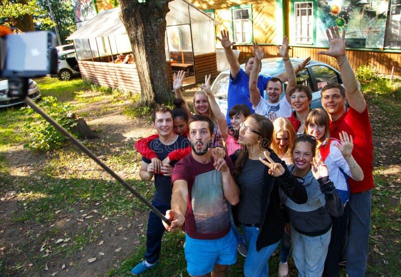 Grupa przyjaciele bierze selfie z selfie kijem outdoors obraz stock