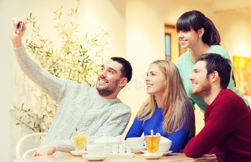 Grupa przyjaciele bierze selfie z smartphone fotografia royalty free