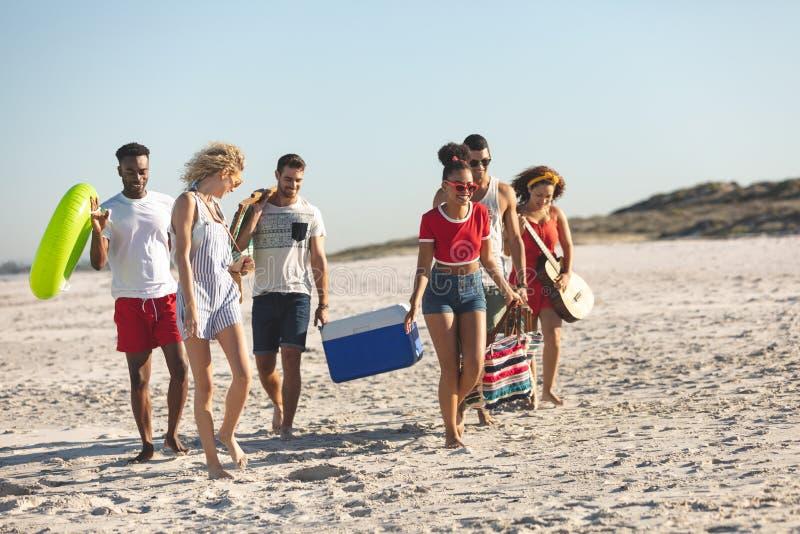 Grupa przyjaciele chodzi wp?lnie na pla?y zdjęcie stock
