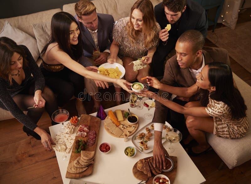 Grupa przyjaciele Cieszy się napoje I przekąski Przy przyjęciem obrazy royalty free