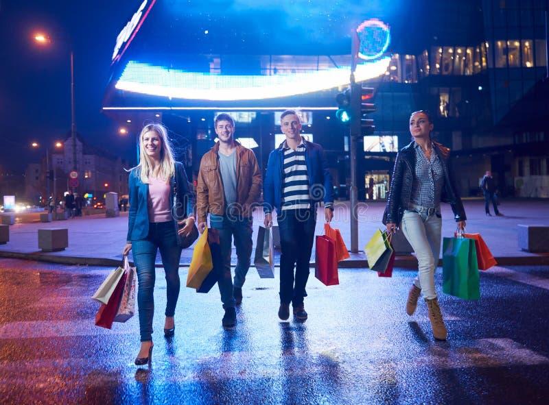 Grupa przyjaciele Cieszy się zakupy zdjęcie royalty free