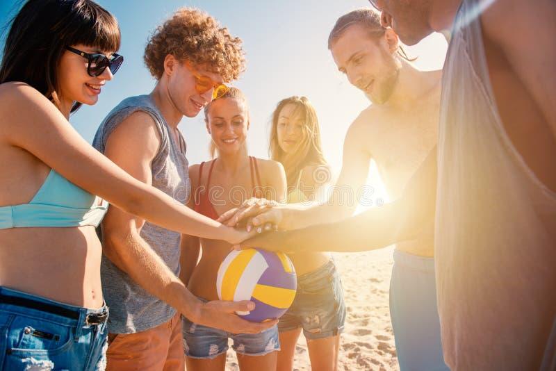 Grupa przyjaciele które bawić się beachvolley ma zabawę na plaży zdjęcie stock