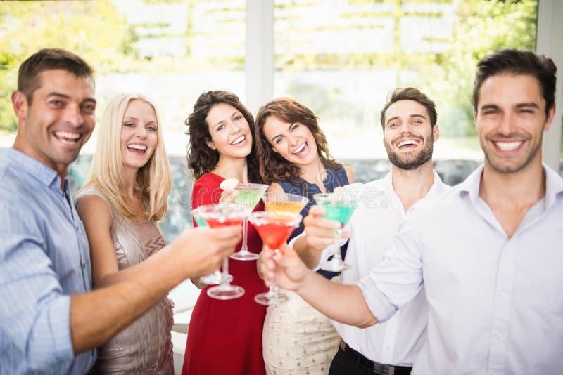 Grupa przyjaciele ma koktajl fotografia royalty free