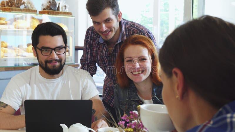 Grupa przyjaciele ma zabawę ma śniadanie przy sklep z kawą wpólnie fotografia royalty free