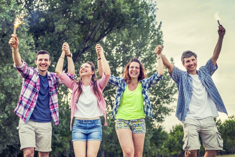 Grupa przyjaciele ma zabawę na lato zmierzchu outdoors zdjęcie royalty free