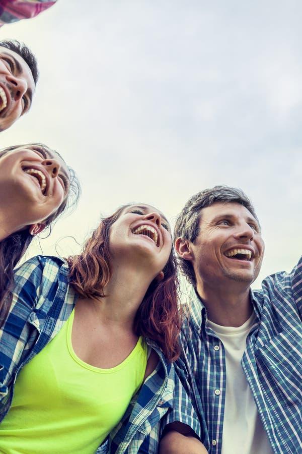 Grupa przyjaciele ma zabawę na lato zmierzchu outdoors obrazy royalty free