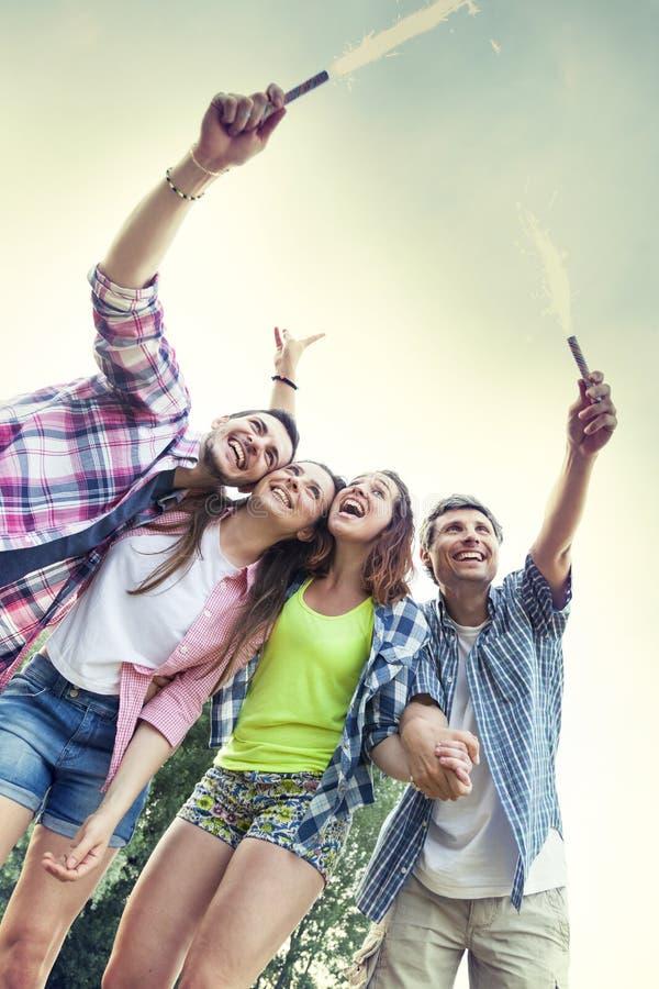 Grupa przyjaciele ma zabawę na lato zmierzchu outdoors fotografia stock