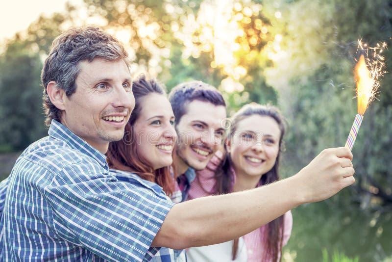 Grupa przyjaciele ma zabawę plenerową na lato zmierzchu obraz royalty free
