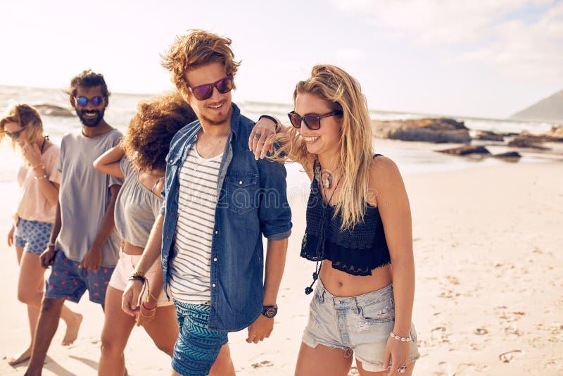 Grupa przyjaciele na plaża wakacje fotografia stock