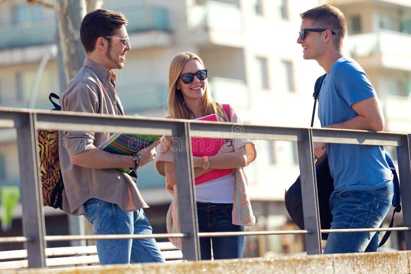 Grupa przyjaciele opowiada w ulicie po klasy zdjęcie royalty free