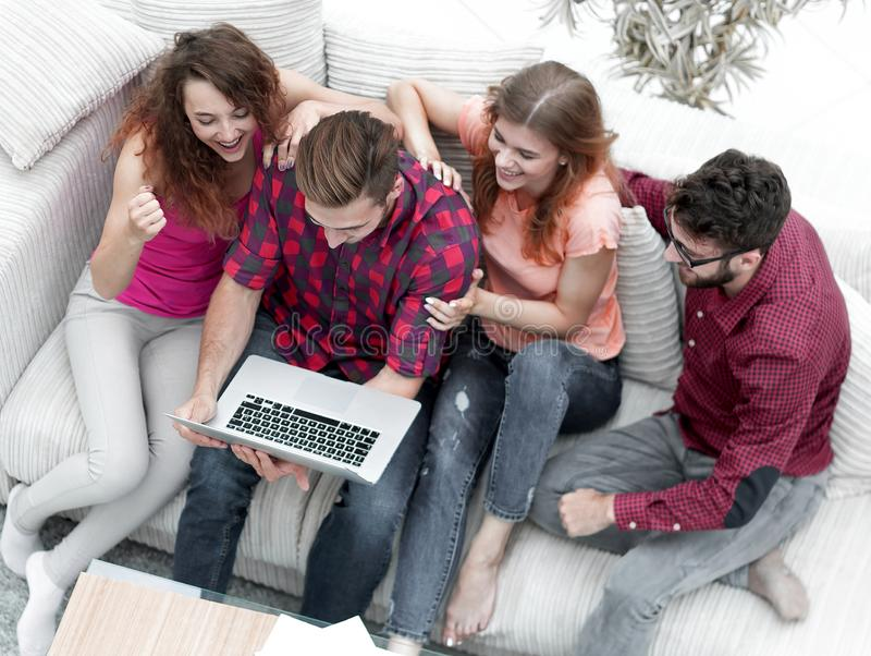 Grupa przyjaciele patrzeje fotografię na laptopie zdjęcia royalty free