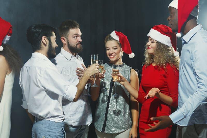 Grupa przyjaciele robi grzance podczas gdy świętujący nowego roku obraz royalty free
